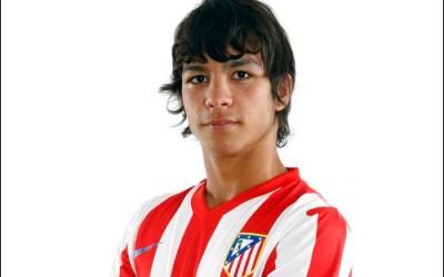 Oliver Torres posa con la camiseta del Atletico de Madrid