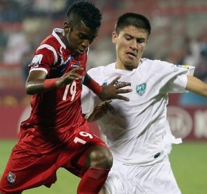 El panameño Milciades Molina pugna con Agzamov (Foto: FIFA.com)