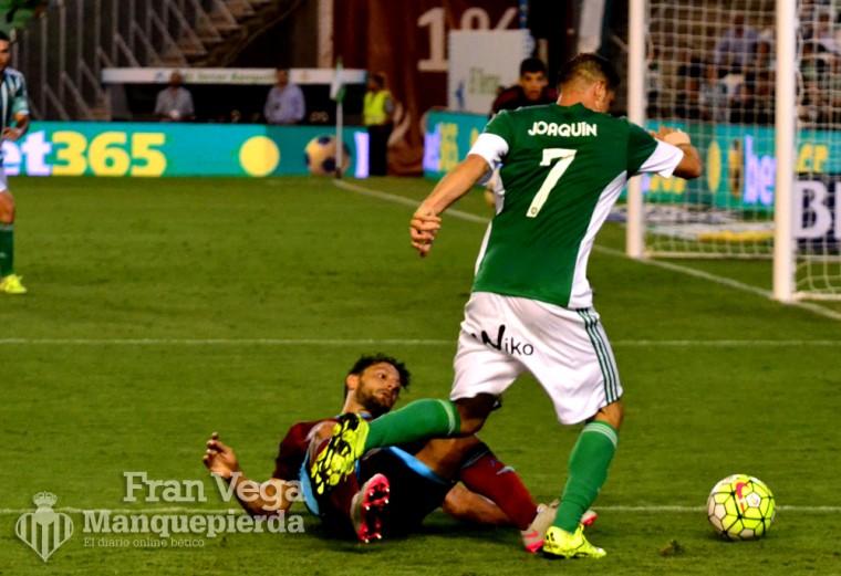 Joaquín deja en el suelo a de la bella (R.Betis - R.Sociedad 15-16)