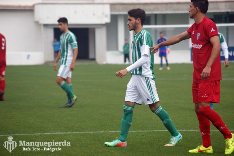 De La Hoz, al fondo tras Sergio Navarro, fue el menos malo del esperpento que fue el filial.